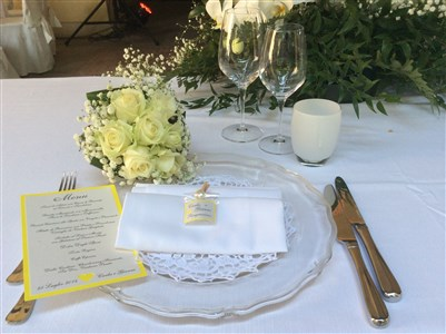 tavola di matrimonio d'estate in giallo